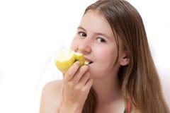 яблоко есть детенышей девушки довольно Стоковые Фотографии RF