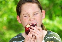 яблоко есть детенышей девушки Стоковое Фото