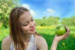 яблоко есть зеленую женщину стоковые фото