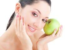 яблоко есть помадку девушки зеленую Стоковые Фотографии RF
