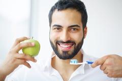 яблоко есть человека Красивая девушка с белыми зубами сдерживая Яблоко Стоковая Фотография