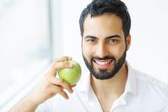 яблоко есть человека Красивая девушка с белыми зубами сдерживая Яблоко Стоковое Изображение RF