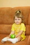 яблоко ест девушку немногая ся желтый цвет Стоковое фото RF
