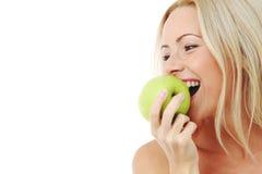 яблоко ест зеленую женщину стоковая фотография rf