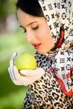 яблоко - женщина зеленого удерживания милая Стоковое Фото