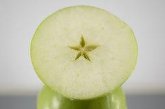 яблоко - зеленая половина Стоковые Фотографии RF