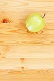 яблоко - зеленая таблица деревянная стоковая фотография rf