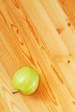 яблоко - зеленое поверхностное деревянное стоковые фотографии rf