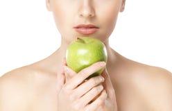 яблоко - зеленый детеныш женщины портрета удерживания Стоковые Фотографии RF