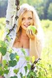 яблоко - зеленый детеныш женщины удерживания Стоковая Фотография