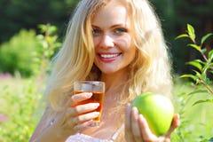 яблоко - зеленый детеныш женщины удерживания Стоковые Изображения