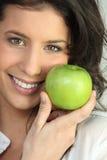 яблоко - зеленый детеныш женщины удерживания Стоковые Изображения RF