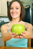 яблоко - зеленый предлагая милый детеныш женщины Стоковое Фото