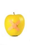 яблоко изолировало связывать желтый цвет ленты стоковая фотография