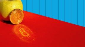 Яблоко и cryptocurrency Стоковые Фото