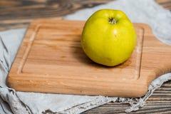 Яблоко 2 на выдержанной деревянной таблице сада или парка Стоковые Изображения RF