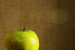 яблоко падает зеленая сочная вода Стоковое Изображение