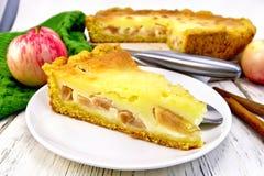 Яблоко пирога с сметаной в плите на борту Стоковая Фотография