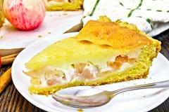 Яблоко пирога с сметаной в плите на темной доске Стоковое Фото