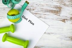 Яблоко, план диеты, гантели и измеряя лента Стоковая Фотография RF
