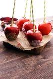 Яблоко сахара с красной замороженностью Яблоко рая помадок на рынке в g Стоковое Изображение RF