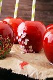 Яблоко сахара с красной замороженностью Яблоко рая помадок на рынке в g Стоковое Фото