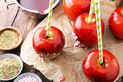 Яблоко сахара с красной замороженностью Яблоко рая помадок на рынке в g Стоковое фото RF