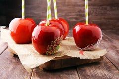 Яблоко сахара с красной замороженностью Яблоко рая помадок на рынке в g Стоковая Фотография