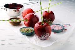 Яблоко сахара с красной замороженностью Яблоко рая помадок от рынка внутри Стоковая Фотография RF