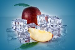 Яблоко с кубами льда стоковая фотография