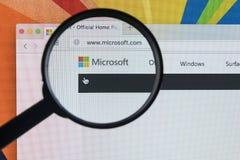 Яблоко iMac с домашней страницей Майкрософта на экране монитора под лупой Домашняя страница Майкрософта com на компьютере ПК Стоковые Изображения