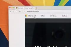 Яблоко iMac с домашней страницей Майкрософта на экране монитора Домашняя страница Майкрософта com на компьютере ПК Стоковое фото RF