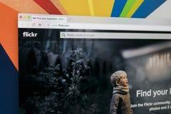 Яблоко iMac с домашней страницей Flickr на экране монитора Flickr видео- хозяйничая вебсайт сети Домашняя страница Flickr com на  Стоковое фото RF