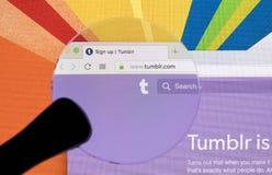 Яблоко iMac с домашней страницей Tumblr на экране монитора под лупой Домашняя страница Tumblr com на компьютере ПК tumblr Стоковые Фото
