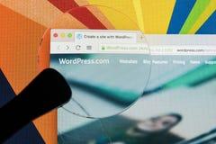 Яблоко iMac с домашней страницей Wordpress на экране монитора под лупой Домашняя страница Wordpress com на компьютере ПК wordpres Стоковое фото RF