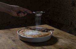 Яблочный пирог замороженности руки женщины стоковые фотографии rf