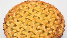 Яблочный пирог на белом отснятом видеоматериале предпосылки сток-видео
