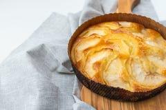 Яблочный пирог на деревянной доске, на белой предпосылке с космосом экземпляра стоковое изображение
