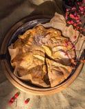 Яблочный пирог с одной отрезанной долькой ‹â€ ‹â€ над взглядом стоковая фотография