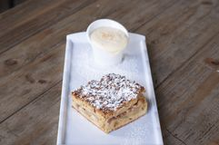 Яблочный пирог с соусом заварного крема стоковое изображение rf