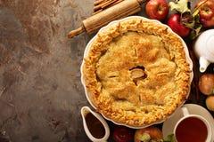 Яблочный пирог украшенный с листьями падения стоковые изображения rf