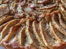 Яблочный пирог Яблоко Slised с сахаром и циннамоном на верхней части C Стоковая Фотография RF