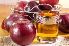 Яблочный сок в стеклянной чашке и красные яблоки на таблице стоковые изображения rf