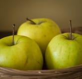 3 яблока в корзине Стоковое фото RF