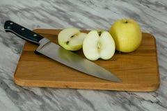 2 яблока и нож Стоковая Фотография RF