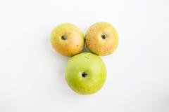 3 яблока на белом красном цвете зеленого цвета предпосылки Стоковые Изображения RF