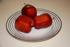 3 яблока на плите Стоковые Фотографии RF