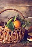 Яблоки, апельсины, tangerines, циннамон в корзине Стоковая Фотография RF