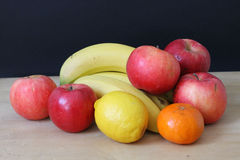 Яблоки, бананы, tangerines и лимоны Стоковая Фотография