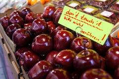 Яблоки богатого красного цвета на рынке Стоковое Изображение RF